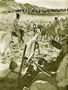 ناصر خان قشقایی سوار بر جیپ و برادرش ملک منصورخان قشقایی سوار بر اسب در میان افراد  مسل خود(عکس از کتاب سالهای بران